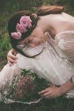 Schoonheid met bloemen in aard royalty-vrije stock foto's
