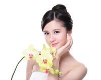 Schoonheid met gele orchideeën Stock Foto