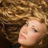 Schoonheid met glanzend gouden haar Royalty-vrije Stock Foto