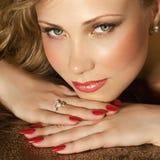 Schoonheid met juwelen Royalty-vrije Stock Afbeeldingen