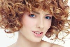 Schoonheid met krullend haar Stock Foto