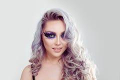 Schoonheid met perfecte glimlach, artistieke make-up en schone huid stock afbeelding