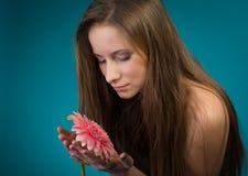 Schoonheid met roze bloem Stock Afbeeldingen