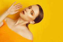 Schoonheid ModelGirl met gele/oranje professionele make-up Oranje oogschaduw en lippenstiftmaniervrouw met lang, recht haar royalty-vrije stock afbeelding