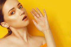 Schoonheid ModelGirl met gele/oranje professionele make-up Oranje oogschaduw en lippenstiftmaniervrouw met lang, recht haar royalty-vrije stock afbeeldingen