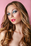Schoonheid Modelwoman face op roze glanzende achtergrond Perfecte huid Royalty-vrije Stock Foto's