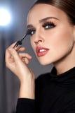 schoonheid Mooie Vrouw die Zwarte Mascara op Wimpers toepassen royalty-vrije stock foto's