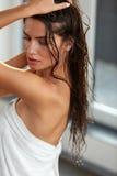 schoonheid Mooie Vrouw met Lang Nat Haar in Handdoek na Bad stock foto's