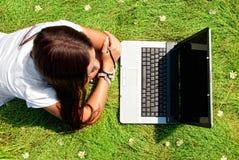 Schoonheid op een gras met computer. Royalty-vrije Stock Afbeelding