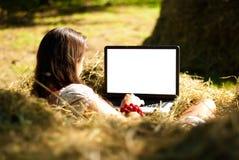 Schoonheid op een landbouwbedrijf met laptop. Stock Foto