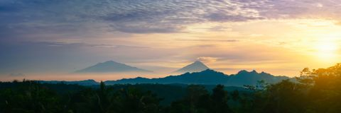 Schoonheid van het landschap van de landschapsberg met sunrice Stock Foto's