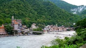 Schoonheid van Lakshman Jhula in Rishikesh stock video