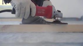 Schoonheid van langzame motie in bouw en reparatie - hoofdtimmerman zet de vloer van het pijnboomhout op - milieuvriendelijke bev stock footage