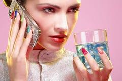 Schoonheid van model wordt geschoten die kleurrijk nagellak dragen dat royalty-vrije stock fotografie