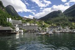Schoonheid van Noorwegen, hotels in Hellesylt Stock Afbeeldingen