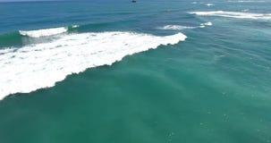 Schoonheid van oceaan Overzees golven en turquoiswater Exotisch plaatsconcept Schoonheid van aard Luchtmening over de Atlantische stock footage
