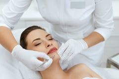 schoonheid Vrouw bij het Mechanische Gezichts Reinigen bij de Kosmetiek stock afbeeldingen