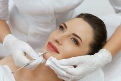 schoonheid Vrouw bij het Mechanische Gezichts Reinigen bij de Kosmetiek stock foto's