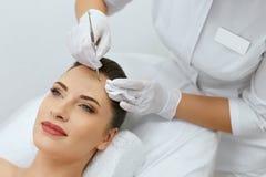 schoonheid Vrouw bij het Mechanische Gezichts Reinigen bij de Kosmetiek royalty-vrije stock foto