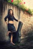 Schoonheid in zwarte met giutar Stock Afbeeldingen