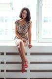 Schoonheids Aziatisch meisje op vensterbank Stock Afbeelding