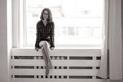 Schoonheids Aziatisch meisje op vensterbank Royalty-vrije Stock Afbeelding
