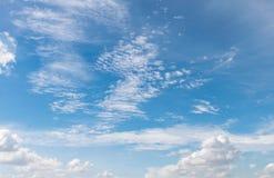 Schoonheids blauwe hemel met wolk op zonnige dag Royalty-vrije Stock Foto's