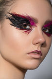 Schoonheids creatieve make-up met veren op ogen Stock Afbeelding