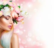 Schoonheids donkerbruin modelmeisje met perfecte make-up, in toebehoren en manierslijtage Royalty-vrije Stock Foto's
