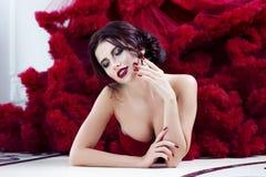 Schoonheids Donkerbruine modelvrouw in avond rode kleding Royalty-vrije Stock Afbeelding