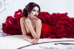 Schoonheids Donkerbruine modelvrouw in avond rode kleding Royalty-vrije Stock Fotografie