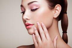 Schoonheids donkerbruine vrouw met perfecte make-up stock foto