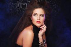 Schoonheids donkerbruine vrouw met perfecte make-up Mooie Professionele Vakantiesamenstelling royalty-vrije stock afbeelding