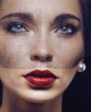 Schoonheids donkerbruine vrouw onder zwarte sluier met rood Royalty-vrije Stock Afbeelding