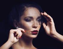 Schoonheids donkerbruine vrouw onder zwarte sluier met rood Royalty-vrije Stock Fotografie
