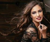 Schoonheids glimlachende rijke vrouw in kant met donkerrood Stock Foto