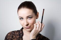 Schoonheids jong Meisje met Make-upborstels Natuurlijk maak Donkerbruine Vrouw met BLEU-Ogen goed Mooi gezicht makeover Perfecte  Royalty-vrije Stock Foto