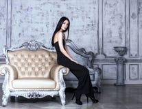 Schoonheids jonge donkerbruine vrouw in het binnenland van het luxehuis Royalty-vrije Stock Afbeeldingen