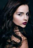 Schoonheids jonge donkerbruine vrouw met krullend vliegend haar Stock Afbeeldingen