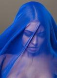 Schoonheids jonge Islamitische vrouw onder sluier, blauwe hijab op gezichts dichte omhooggaand, art. Stock Foto