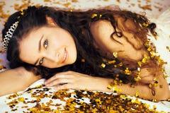 Schoonheids jonge prinses met gouden confettien en tiara stock foto's