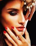 Schoonheids jonge sencual vrouw met juwelen dichte omhooggaand, luxeportret van rijk echt meisje royalty-vrije stock afbeelding