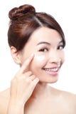 Schoonheids jonge vrouw die kosmetische room toepassen Stock Foto's