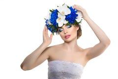 Schoonheids jonge vrouw, luxe lang krullend haar met orchideebloem H Stock Foto