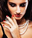 Schoonheids jonge vrouw met juwelen dichte omhooggaand, luxeportret van rijk echt meisje, partijmake-up stock afbeelding