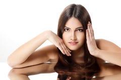 Schoonheids jonge vrouw met mooi lang donkerbruin haar stock afbeeldingen