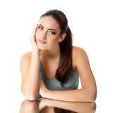 Schoonheids jonge vrouw met mooi lang donkerbruin haar stock fotografie