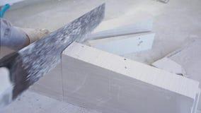 Schoonheids langzame motie in bouw en reparatie - mannelijke tong-en-groefblokken van het bouwers zagende gips stock videobeelden