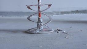 Schoonheids langzame motie - schoonmakende pijp-mixer op de boor van de bevroren oplossing van stopverf stock footage