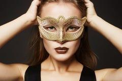 Schoonheids modelmeisje in Carnaval-Masker Stock Foto